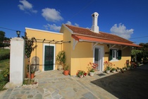Detailed  description of Corfu House Manikos Bungalow in beach location in Arillas with many pictures.